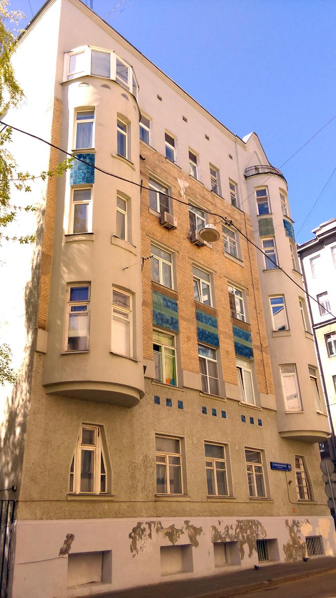 Кстати, в Москве тоже есть дом в стиле модерн архитектора В.П. Апышкова. Правда, это Доходный дом, а не Особняк...