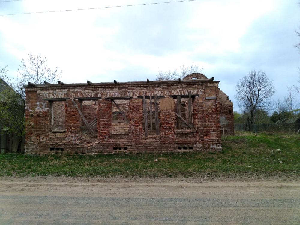 Вдоль улиц Выдропужска несколько руин старинных зданий...