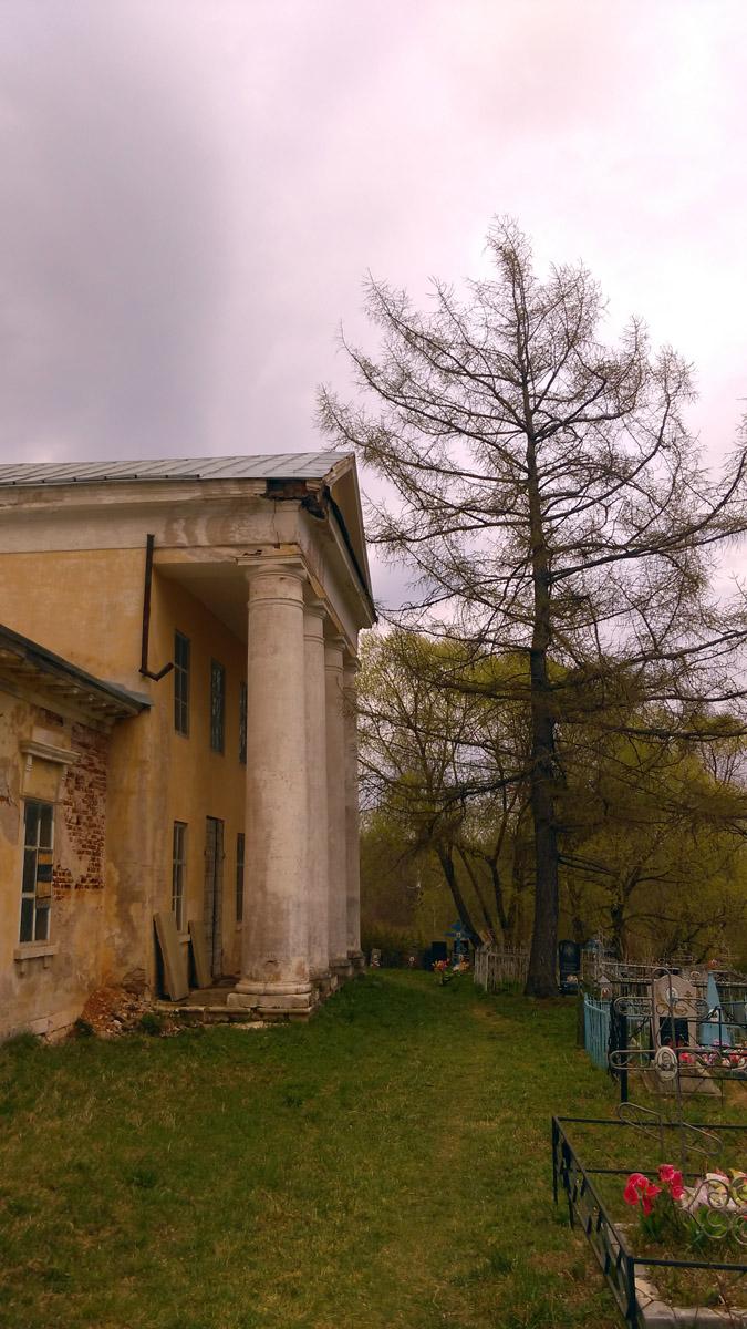 Вокруг Храма кладбище..