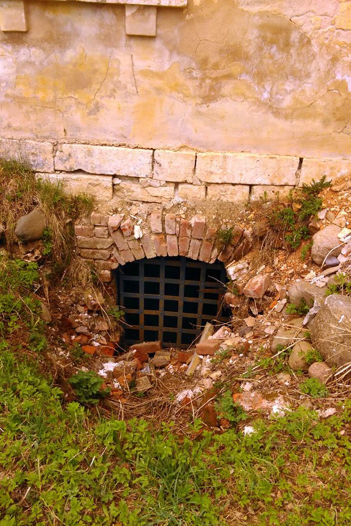 Решетка перекрывает залаз в подвал...