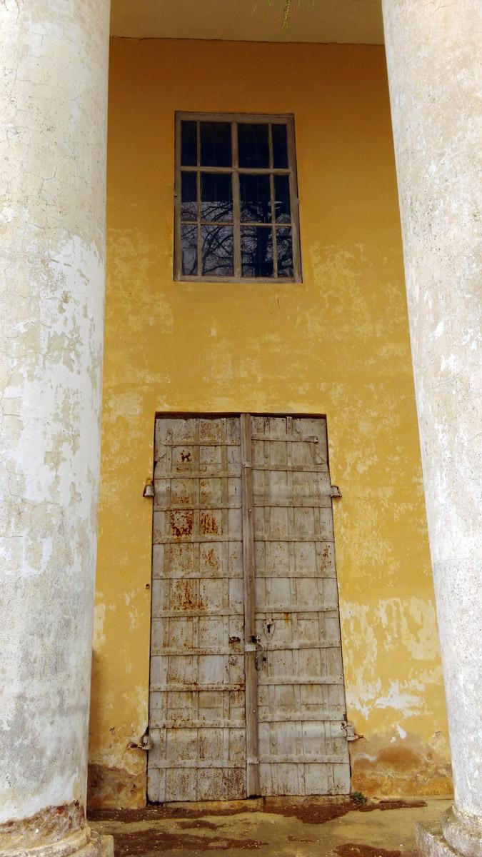 Боковые двери железные в отличии от центральной...