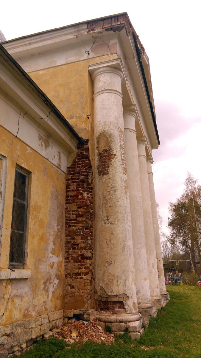 Хорошо видно, что основные разрушения произошли там, где по стене текла вода...
