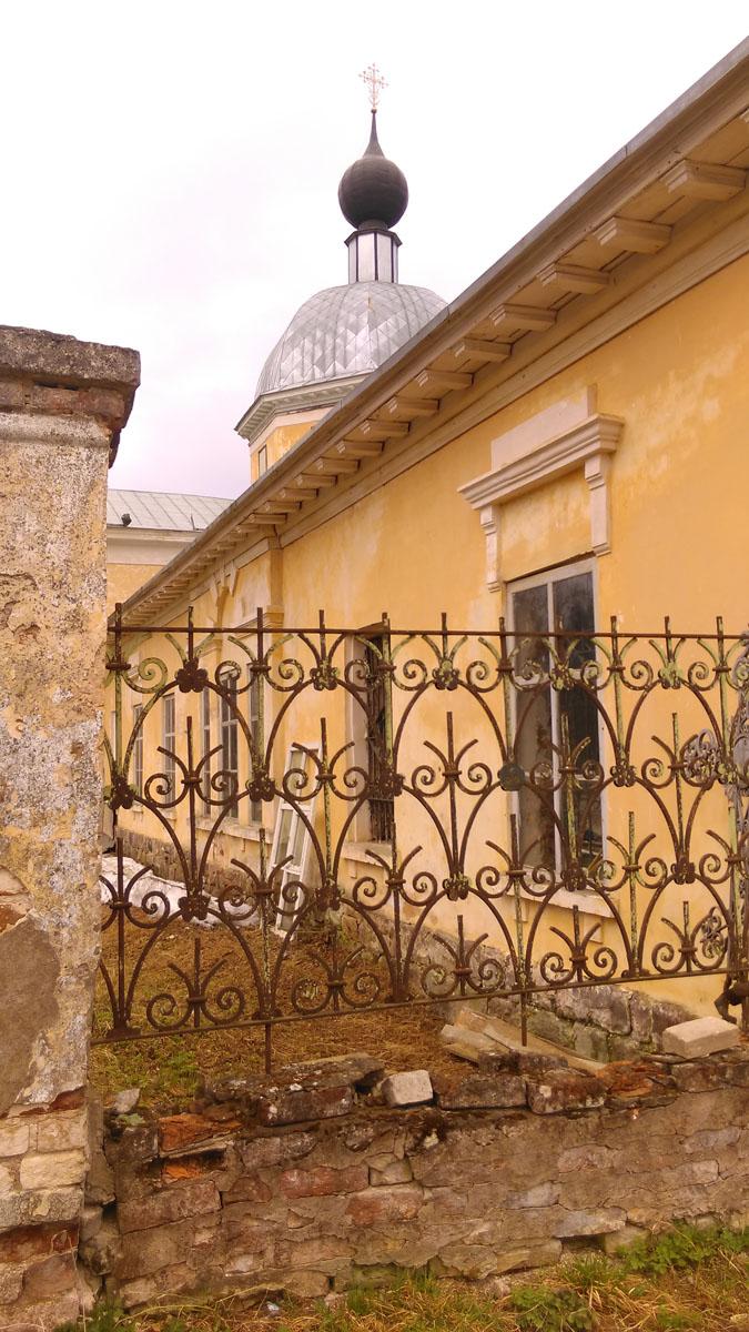 Кладбищенская ограда.