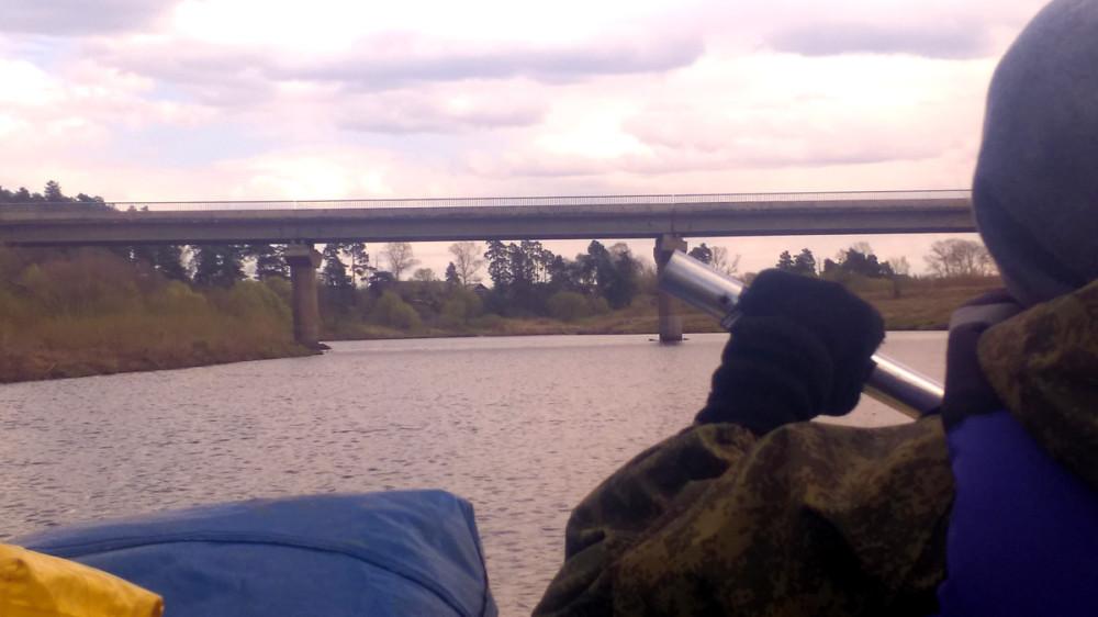 Наконец-то, пейзаж начал меняться... Прошли под двумя мостами, между мостами в Тверцу влилась речка Осуга. Тверца стала делать повороты. А вот, небо стало пасмурным...