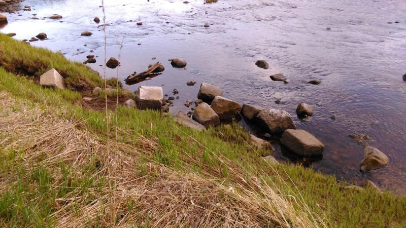 А они внизу в реке напротив руин. Их сразу видно из-за их прямоугольной формы.