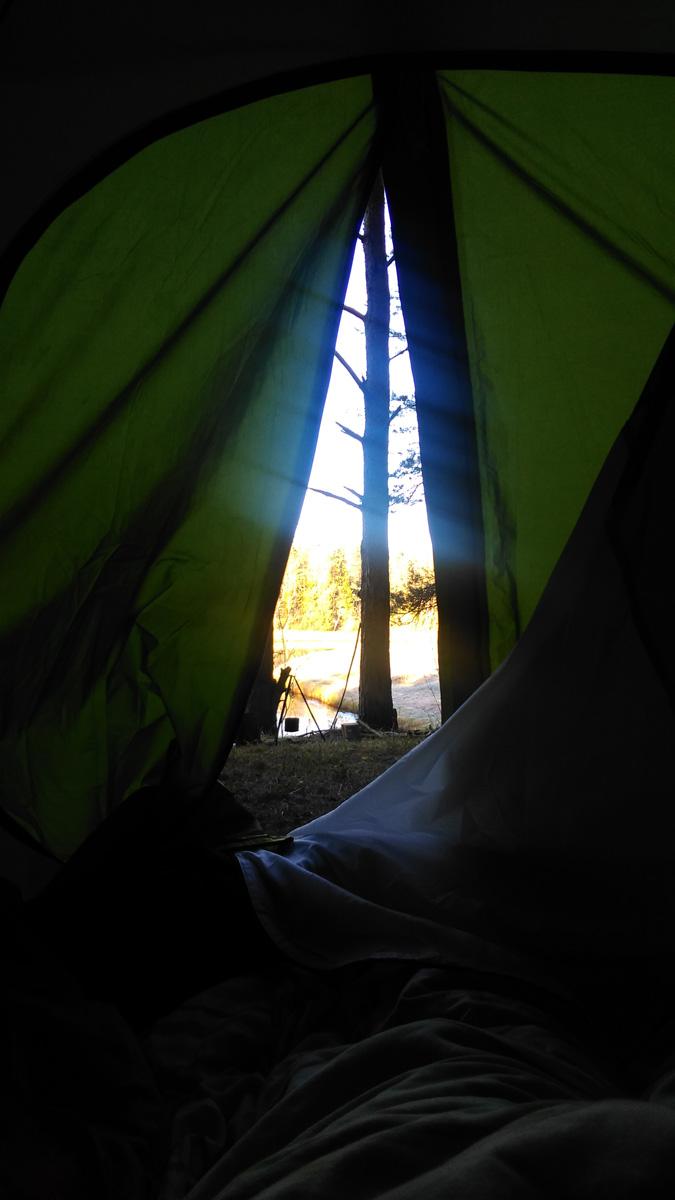 Утро третьего дня.. Утро встречает солнцем и видом на реку, деревья и кострище.. Что может быть лучше? Только проснуться в обнимку с любимой женщиной....