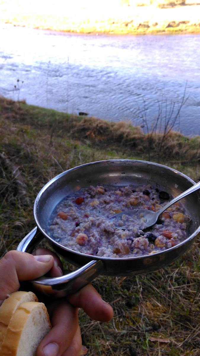Завтракаем... Я с утра не привык много есть. Кашка с орехами и сухофруктами вполне достаточна для меня...