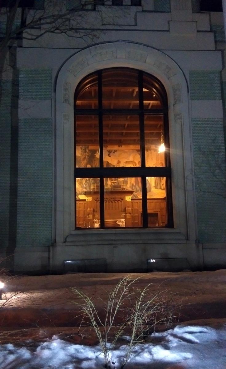 Я, конечно, видел на фотографиях, что окно большое... Но оно просто, огромное! И в него видно камин со скульптурами....