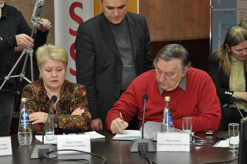Александр Проханов подписывает документ о сотрудничестве Изборского клуба и Ульяновской области
