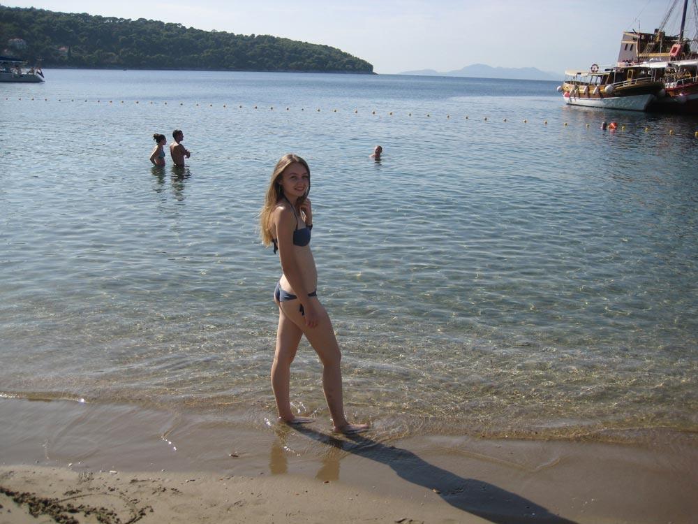Девушка на пляже нашла деревянный член