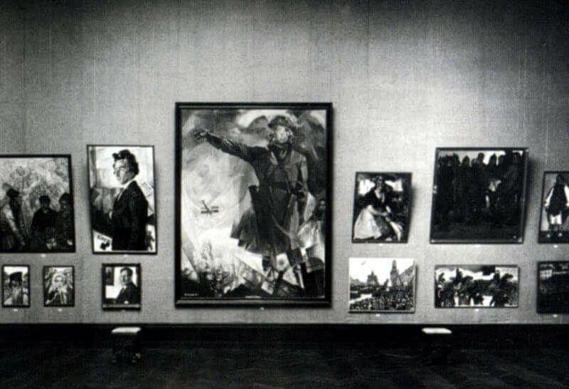 8-Портрет Льва Троцкого созданный Юрием Анненковым среди других работ художника на Венецианской биеннале - 1924.jpg
