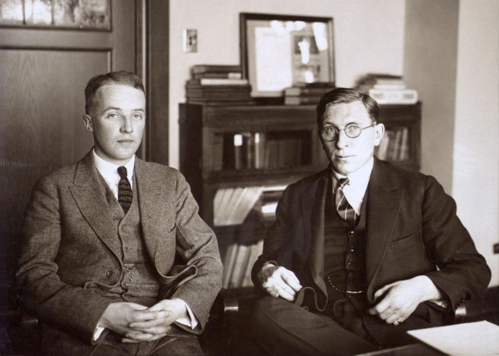 Фредерик Бантинг (справа) и его ассистент Чарльз Бест - 1924.jpg