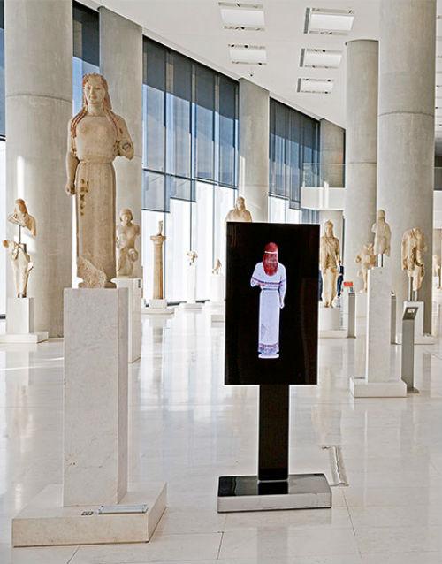 10-Кора в пеплосе и её цифровая копия в цвете - Новый музей Акрополя.jpg