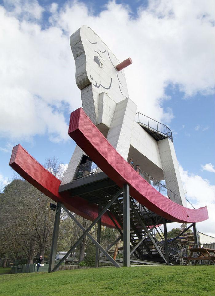 10-Город Гамерча (Австралия) - скульптура возле фабрики игрушек.jpg