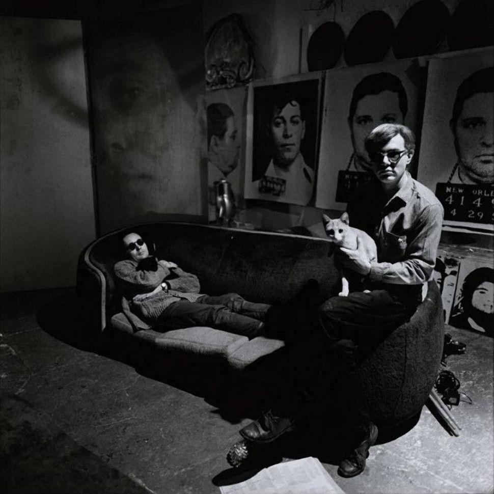 Энди Уорхол (сидит)в своей студии с Робертом Индианой (лежит) и котами.jpg