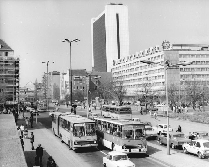 Bundesarchiv_Bild_183-U0609-0006,_Berlin,_Hotel_Unter_den_Linden,_Internationales_Handelszentrum