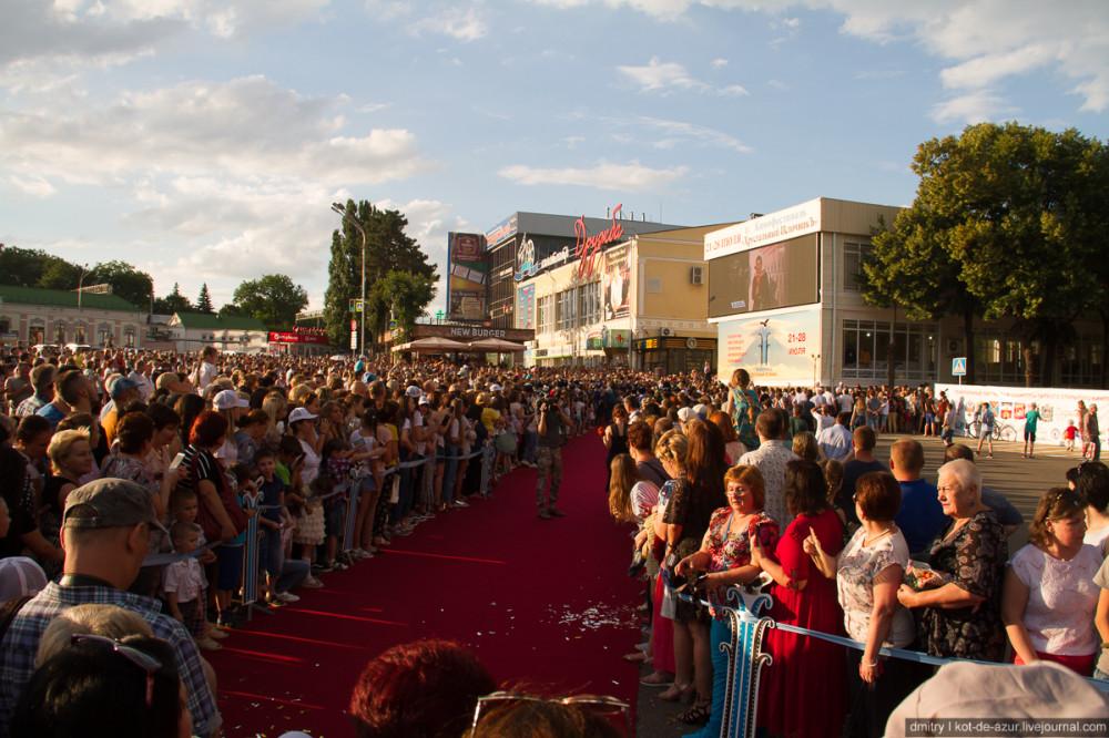На кинофестивале в Ессентуках растащили красную дорожку на сувениры
