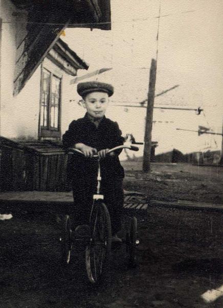 На велосипеде. 1960