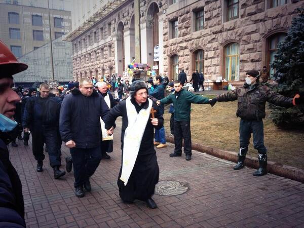 Галицайский священник ведёт пленного