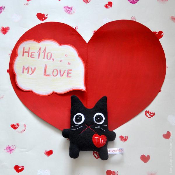 черный котик с сердцем