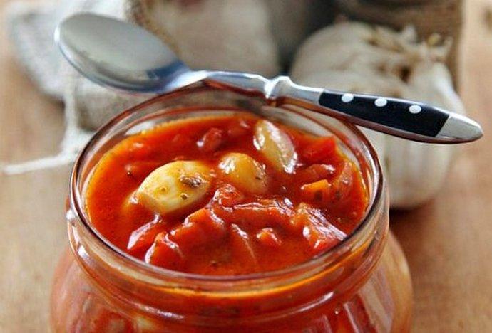 Закуска из чеснока в томатном соусе
