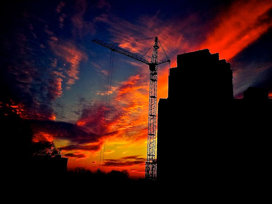 Красивый закат на стройке