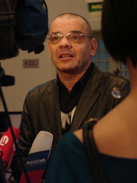 Константин Райкин даёт интервью на пресс-конференции в ТЦ