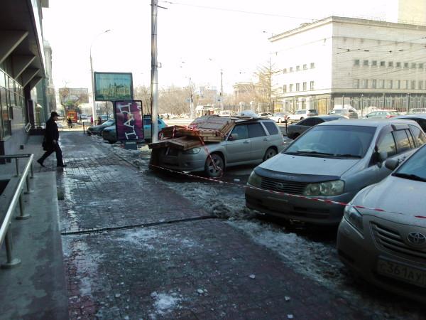 автомобиль закрыт картонными коробками от падающих сосулек