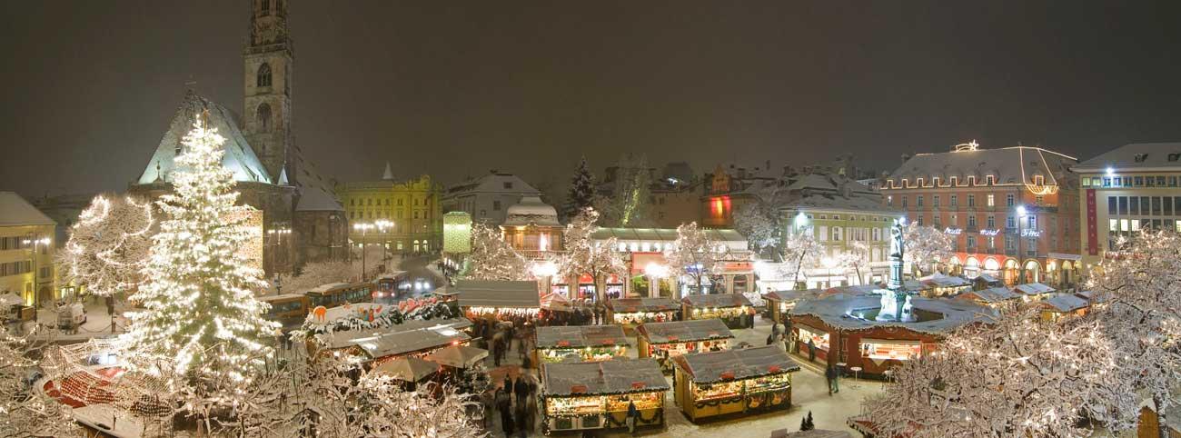 mercatino-natale-bolzano-notturno-nevicata
