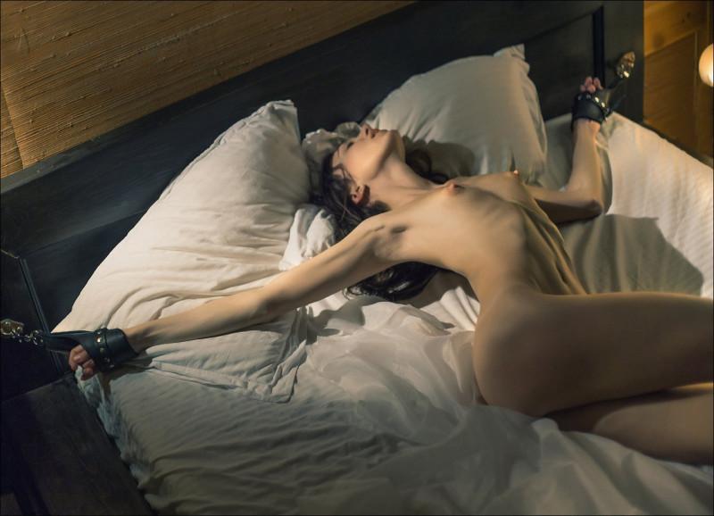 девушка прикована наручниками к кровати фото