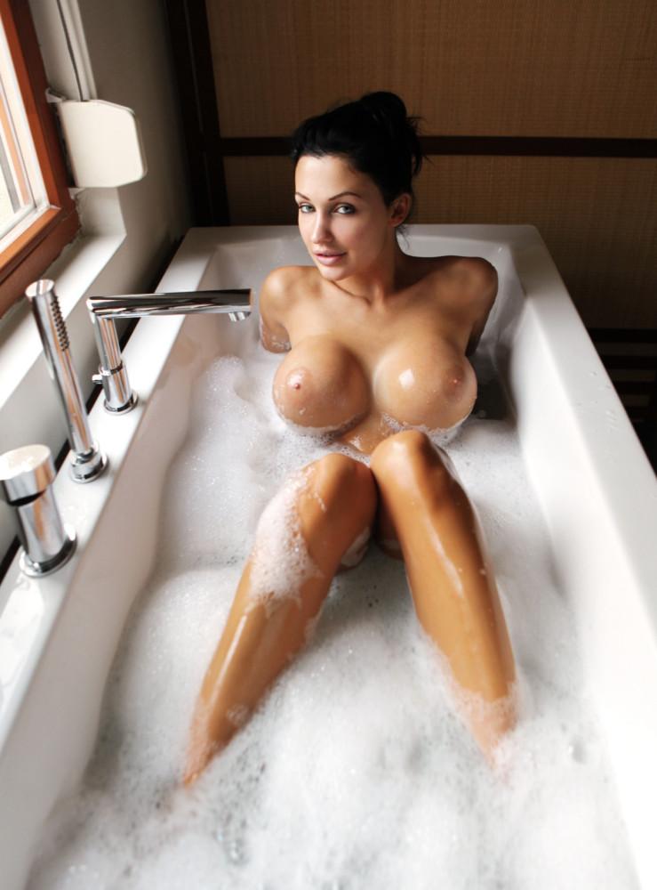 Пышногрудая русская брюнетка купается в ванне