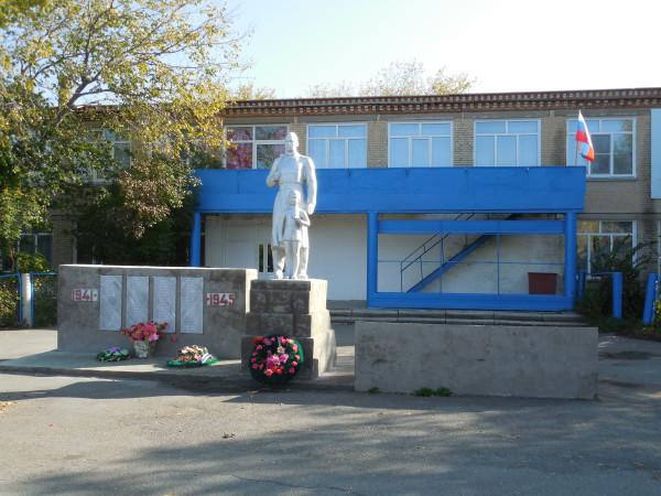 Памятник перед клубом