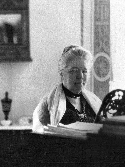 Лагерлеф Сельма за роялем в Морбакке 1920 гг.