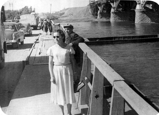 Пантонный мост через протоку,рядом строится Коммунальный мост