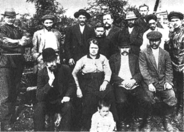 Сталин в ссылке (верхний ряд, в чёрной шляпе)