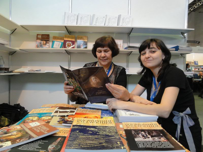 коллеги знакомятся с буклетом нашей библиотеки
