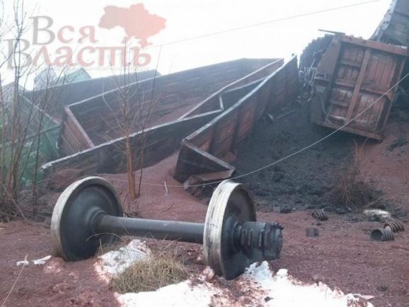 подорванный поезд с углем