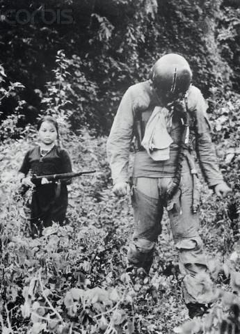 вьетнамская девочка ведет пленного американского летчика