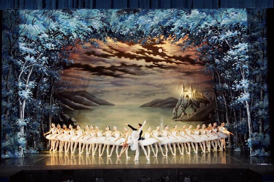 Картинки по запросу 1877 - На сцене Большого театра состоялась премьера балета Чайковского «Лебединое озеро».