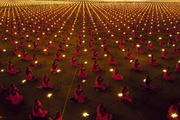 100 000 буддистских монахов в Таиланде молятся о мире на нашей планете