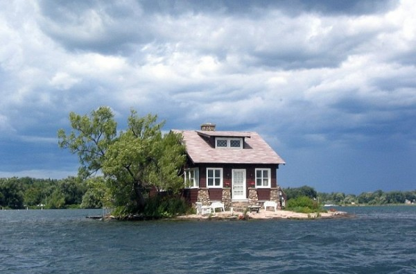 2707255-R3L8T8D-650-just-room-enough-island-thousand-islands