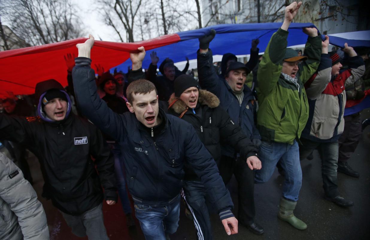 2014-02-27T155211Z_467564974_GM1EA2R1U8W01_RTRMADP_3_UKRAINE-CRISIS-CRIMEA