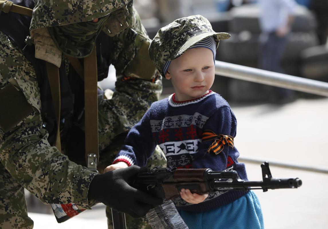 2014-04-28T110831Z_544771849_GM1EA4S1H4101_RTRMADP_3_UKRAINE-CRISIS-KOSTYANTYNIVKA-TOWN