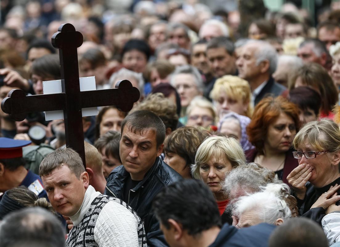 2014-04-22T123036Z_753331704_GM1EA4M1KX001_RTRMADP_3_UKRAINE-CRISIS-SLAVIANSK-CLASH