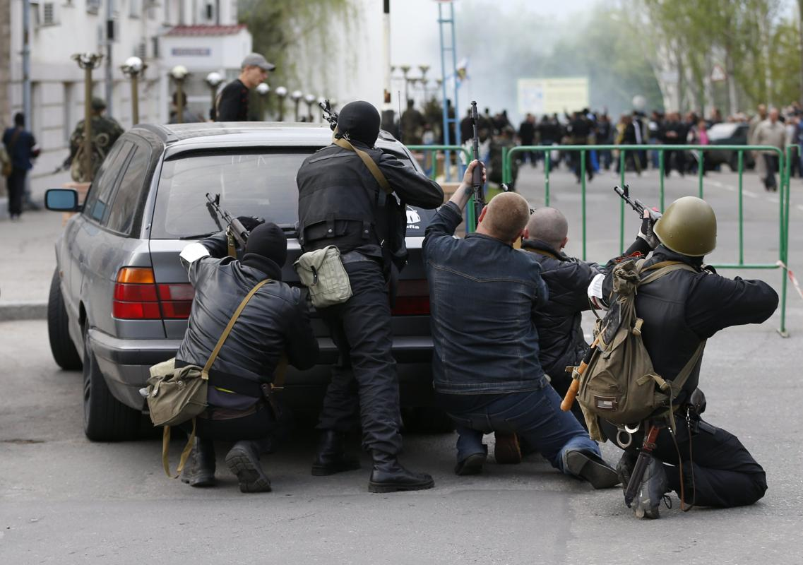 2014-04-29T202804Z_1220772396_GM1EA4U017E01_RTRMADP_3_UKRAINE-CRISIS-LUHANSK-SHOOTING