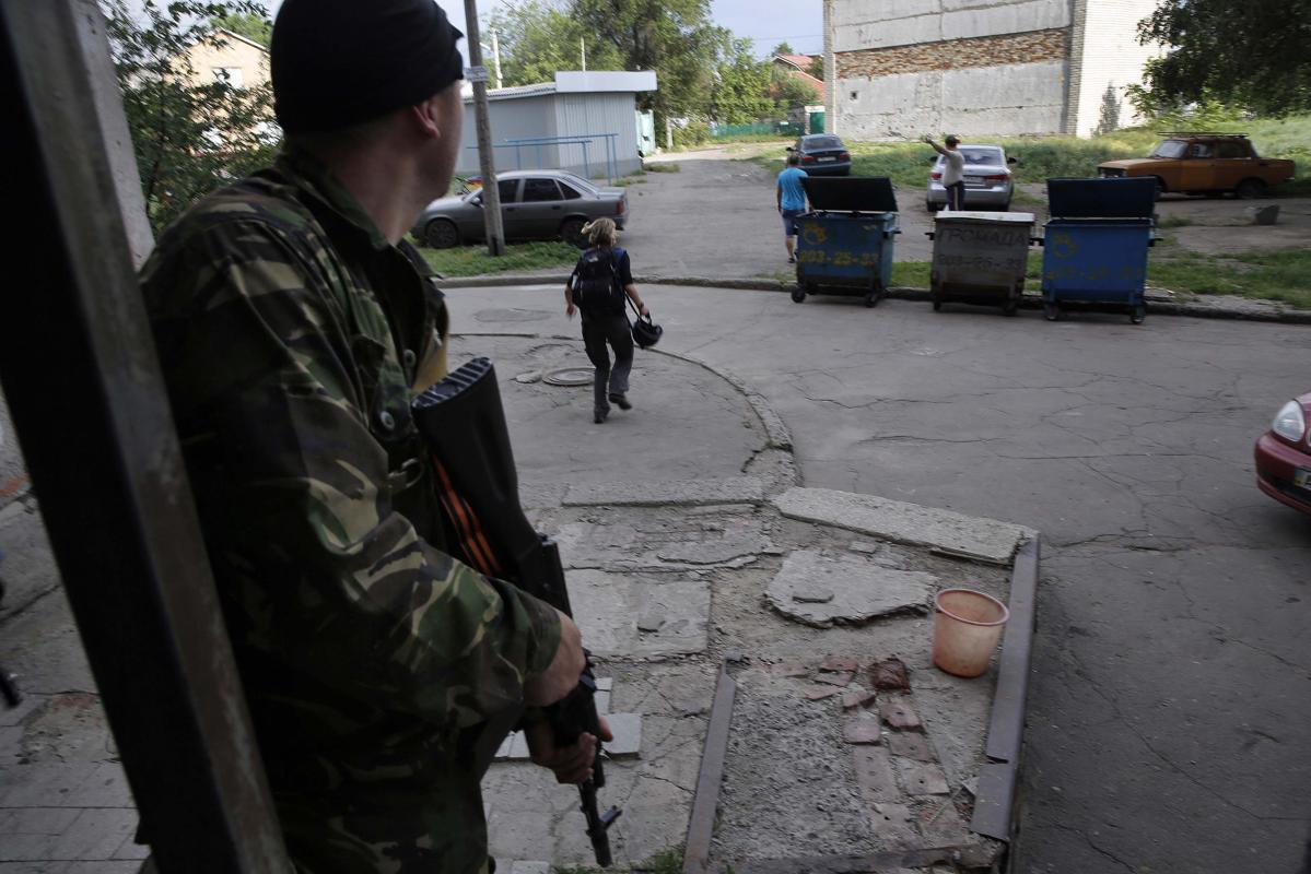 2014-05-26T165312Z_699766948_GM1EA5R02D301_RTRMADP_3_UKRAINE-CRISIS-AIRPORT