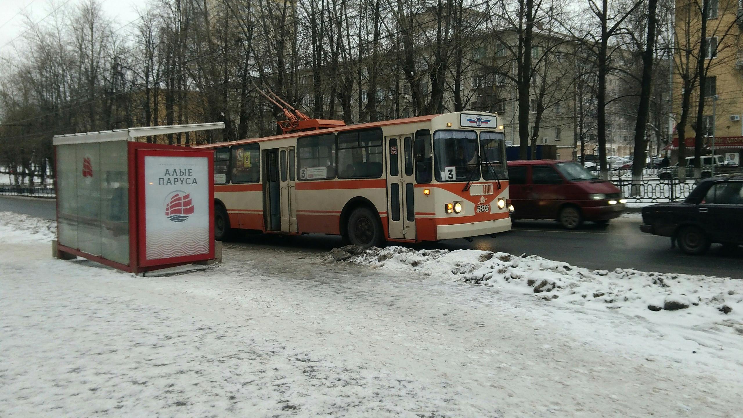 Троллейбус марки ЗИУ-9 уже давно устарел, но по улицам Кирова до сих пор ездит!
