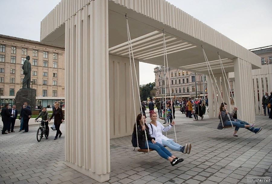 Качели на Триумфальной площади в Москве