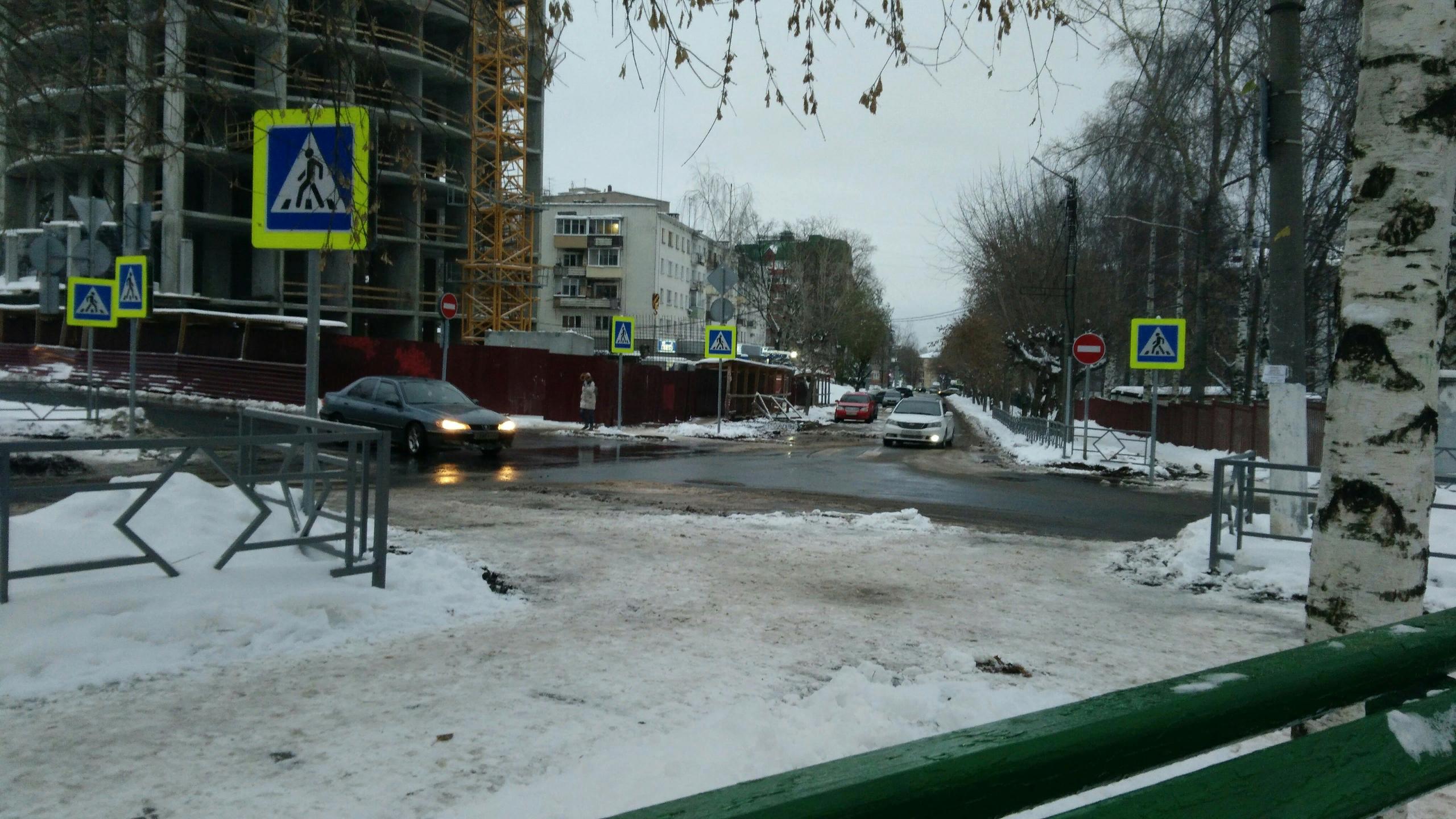 Перекрёсток улиц Маклина и Дерендяева с односторонним движением