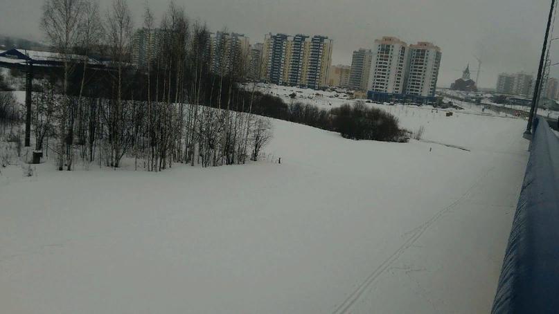Как можно увидеть на фото, люди живущие в ЧП приспособили это место для лыжной трассы!